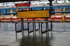 Banco de madeira na plataforma da estrada de ferro imagem de stock