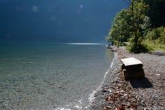 Banco de madeira no lago Koenigssee Fotografia de Stock Royalty Free