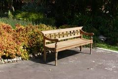 Banco de madeira no parque fotografia de stock