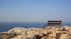 Banco de madeira oh a borda da rocha Imagens de Stock