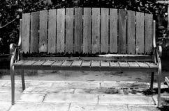Banco de madeira preto e branco. Foto de Stock