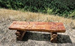 Banco de madeira que serve ao resto durante a caminhada Fotografia de Stock Royalty Free