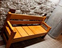 Banco de madeira resistente com braços imagens de stock royalty free