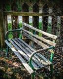 Banco de madeira resistido Foto de Stock