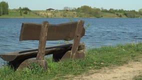 Banco de madeira vazio com opinião do lago video estoque