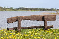 Banco de madeira vazio na costa do lago imagens de stock