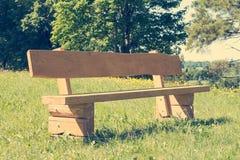 Banco de madeira vazio no parque fotos de stock