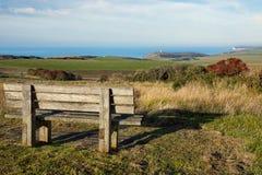 Banco de madeira vazio que enfrenta o campo inglês Fotos de Stock Royalty Free
