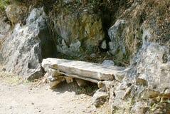 Banco de madeira velho nas rochas Fotografia de Stock Royalty Free