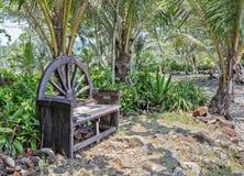 Banco de madeira velho no jardim foto de stock royalty free
