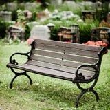 Banco de madeira velho vazio no cemitério foto de stock royalty free