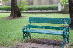 Banco de madeira verde no jardim Conceitos sozinhos e sós Fotos de Stock Royalty Free