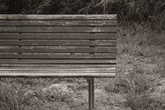 Banco de madera abandonado y arruinado imagenes de archivo