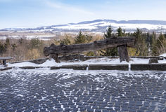 Banco de madera antiguo vacío en la montaña Fotografía de archivo