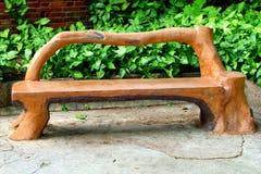 Banco de madera artístico en el jardín Fotografía de archivo libre de regalías