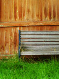 Banco de madera, cerca, e hierba descolorados fotos de archivo