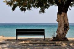 Banco de madera con una opinión del mar Fotografía de archivo libre de regalías