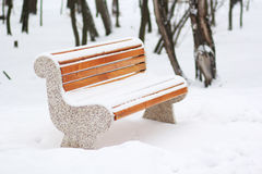Banco de madera cubierto con nieve Imágenes de archivo libres de regalías