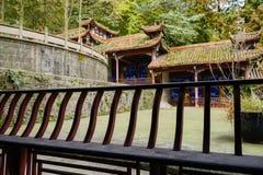 Banco de madera del pasillo del edificio chino antiguo Fotografía de archivo