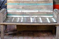 Banco de madera del viejo vintage en la planta e del cemento imagen de archivo libre de regalías