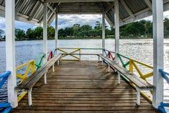 Banco de madera en el lago foto de archivo