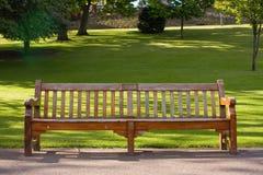Banco de madera en el parque de Edimburgo imagenes de archivo