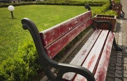 Banco de madera en el parque de la ciudad con los adoquines Foto de archivo
