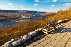 Banco de madera en el río de Volga cerca del Samara Foto de archivo libre de regalías