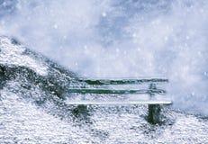 Banco de madera en invierno Foto de archivo libre de regalías