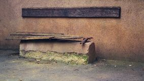 Banco de madera en la degradación fotografía de archivo