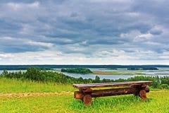 Banco de madera en la orilla del lago Braslav imagen de archivo