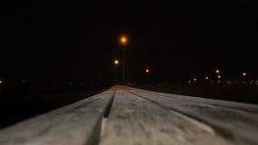 Banco de madera en perspectiva en la noche Foto de archivo libre de regalías
