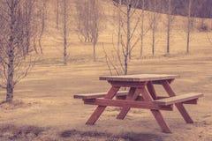 Banco de madera en un parque Foto de archivo