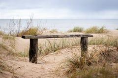 Banco de madera rústico en las dunas del mar Báltico Día cubierto en la playa imagenes de archivo