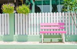 Banco de madera rosado Fotografía de archivo