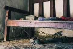 Banco de madera viejo con los spiderwebs imagenes de archivo