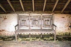 Banco de madera viejo del jardín Imagen de archivo libre de regalías