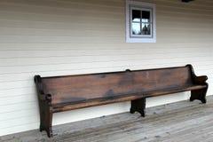 Banco de madera viejo en el pórtico resistido fotografía de archivo libre de regalías