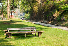 Banco de madera viejo en el parque cerca de la pista ferroviaria Imágenes de archivo libres de regalías