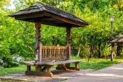 Banco de madera viejo tradicional rumano Fotos de archivo