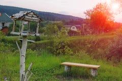 Banco de madera y pajarera en Cárpatos Foto de archivo libre de regalías