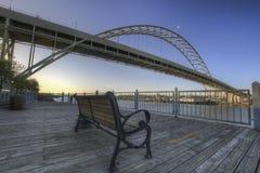 Banco de parque bajo el puente de Fremont Foto de archivo libre de regalías