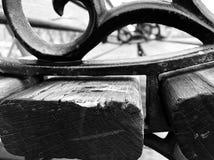 Banco de parque blanco y negro fotografía de archivo libre de regalías
