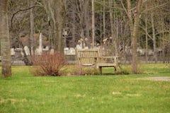 Banco de parque cerca del cementerio imagen de archivo