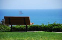Banco de parque con la opinión de océano Imagenes de archivo