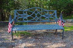 Banco de parque con las banderas americanas Imagen de archivo