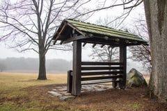Banco de parque cubierto en invierno fotos de archivo