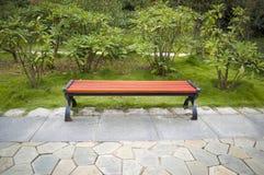 Banco de parque de la primavera en jardín Imágenes de archivo libres de regalías