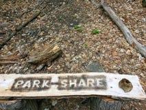 Banco de parque de madeira com rotulação rústica Fotos de Stock