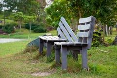 Banco de parque de madeira em um parque Foto de Stock Royalty Free